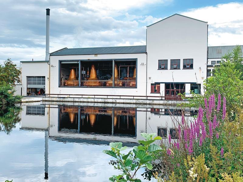 若非內行人絕對找不到這處拍照點,透過水池倒影呈現這間皇家認證酒廠的優雅浪漫。