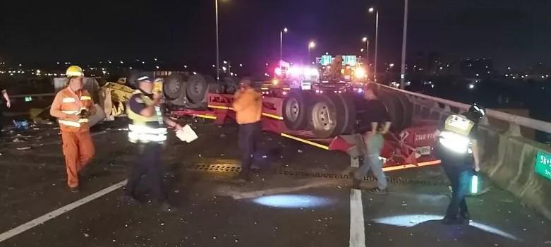 強大撞擊力導致車頭與車身分離,車頭卡在護欄,駕駛和車後方的氣體槽則是墜落至彰化市茄苳路2段。(翻攝畫面)