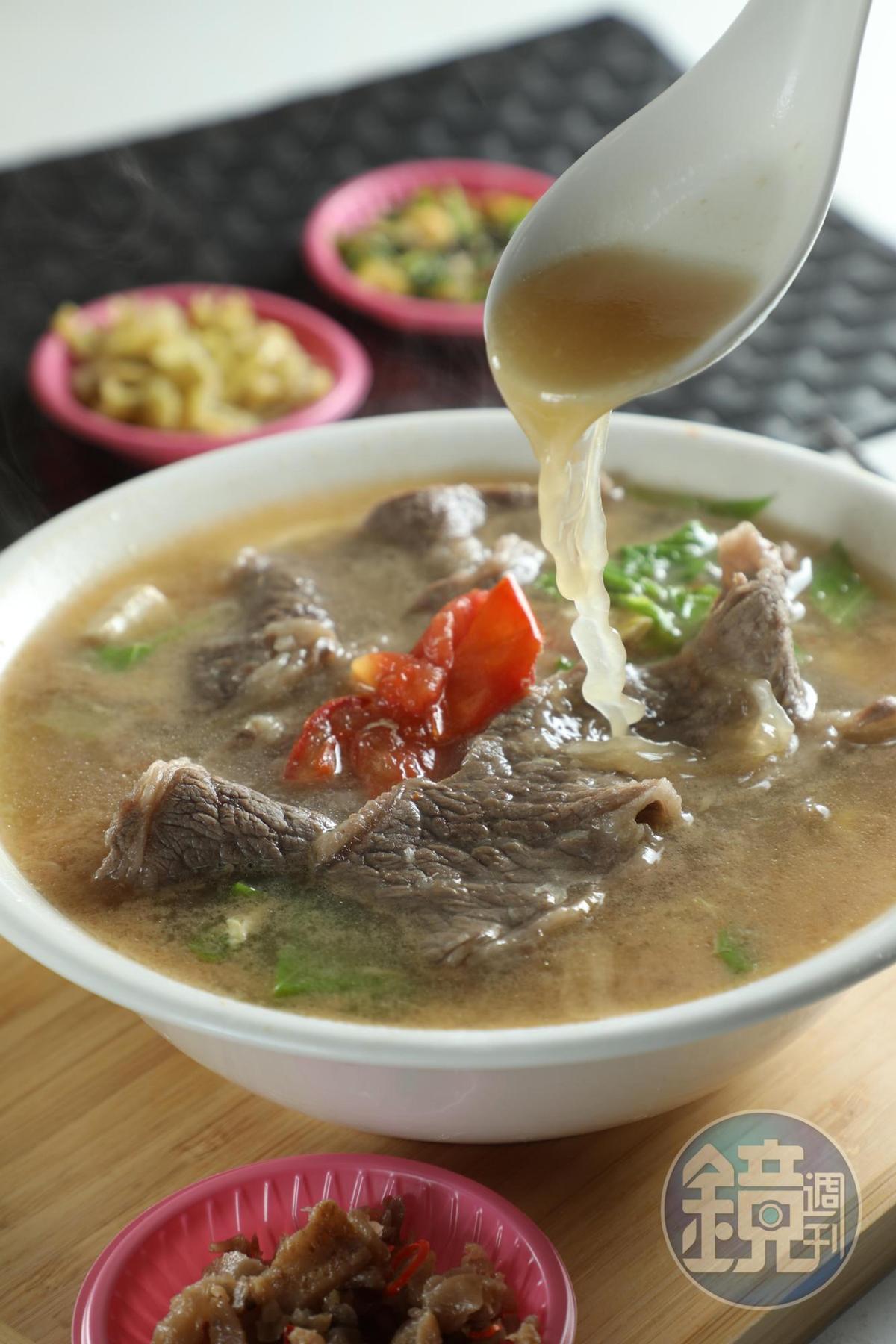 「霜降招牌湯」的湯底以全雞、梅花豬肉和大量蔬果熬成,清甜可口,0.3公分厚的霜降牛肉片,有嚼感和甜分。(220元/碗)