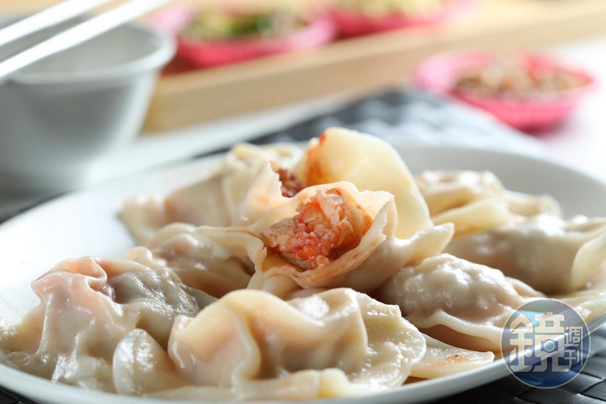 「超三鮮水餃」裡頭包進紅蟳、干貝、整尾蝦仁和梅花豬肉,鮮味十足,還有蟹膏的香氣。(22元/粒)