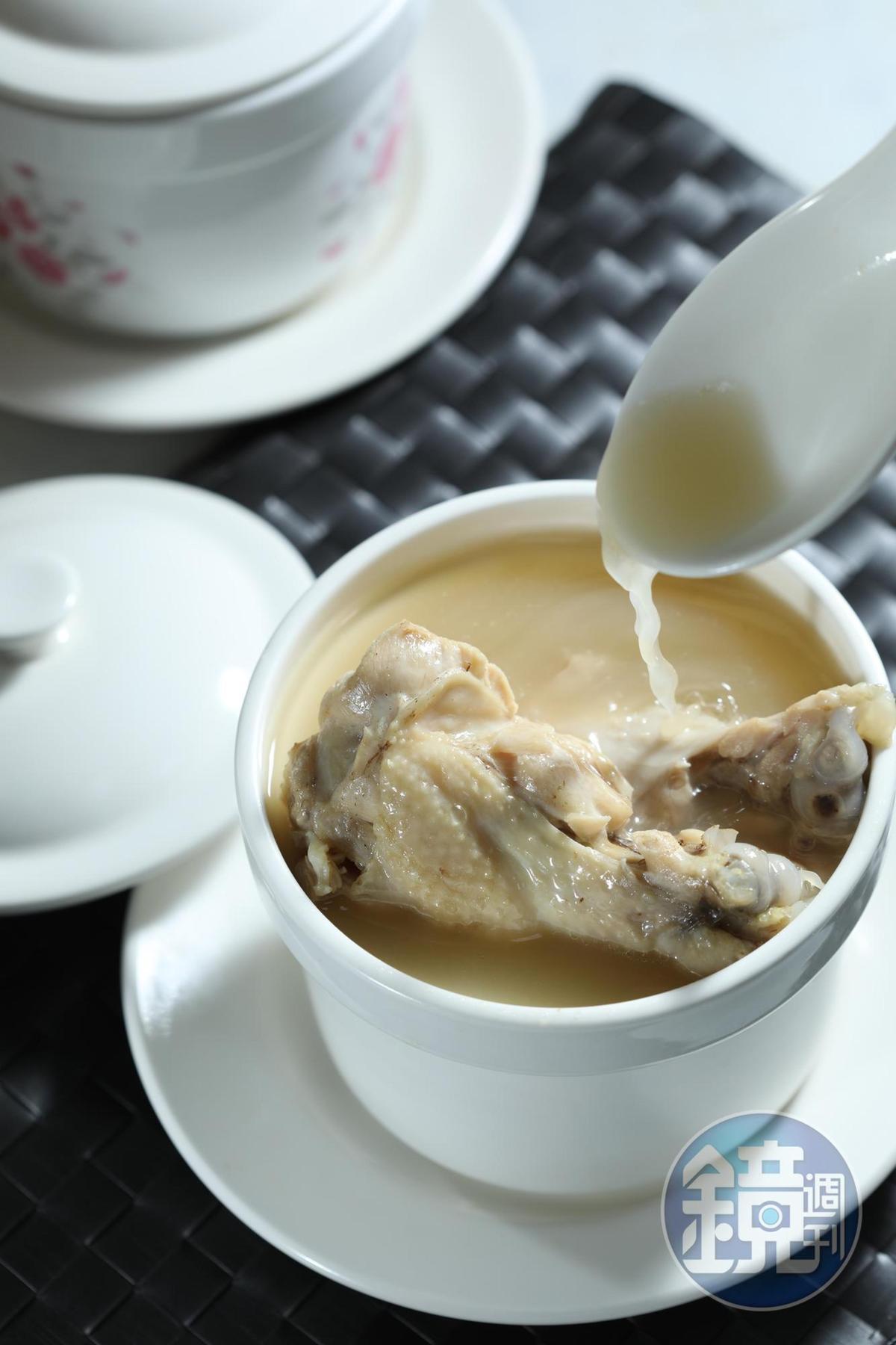 「精燉雞湯」用全雞、金華火腿、干貝和香菇,熬至少10小時以上,喝來濃郁甘醇,還會黏嘴,雞腿肉甜嫩不澀。(180元/盅)