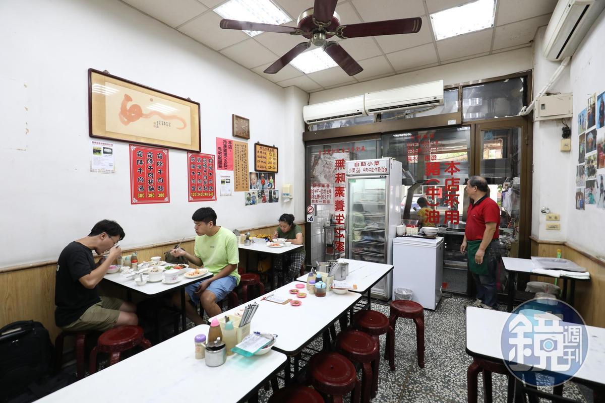 楊潤成喜歡收藏音響,因此店裡用劇院式喇叭播放交響樂,讓客人彷彿在吃西餐。