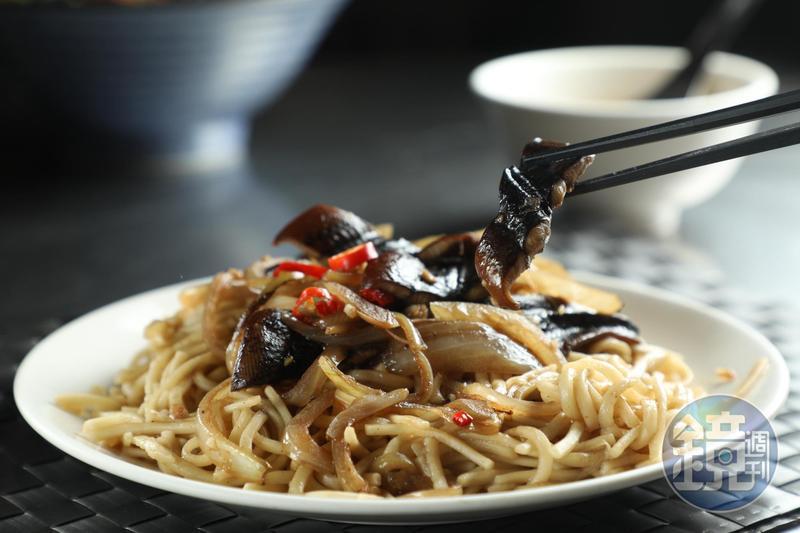 嘉義人也愛吃鱔魚麵,與台南最大的差異是使用油麵,非油炸的意麵條。