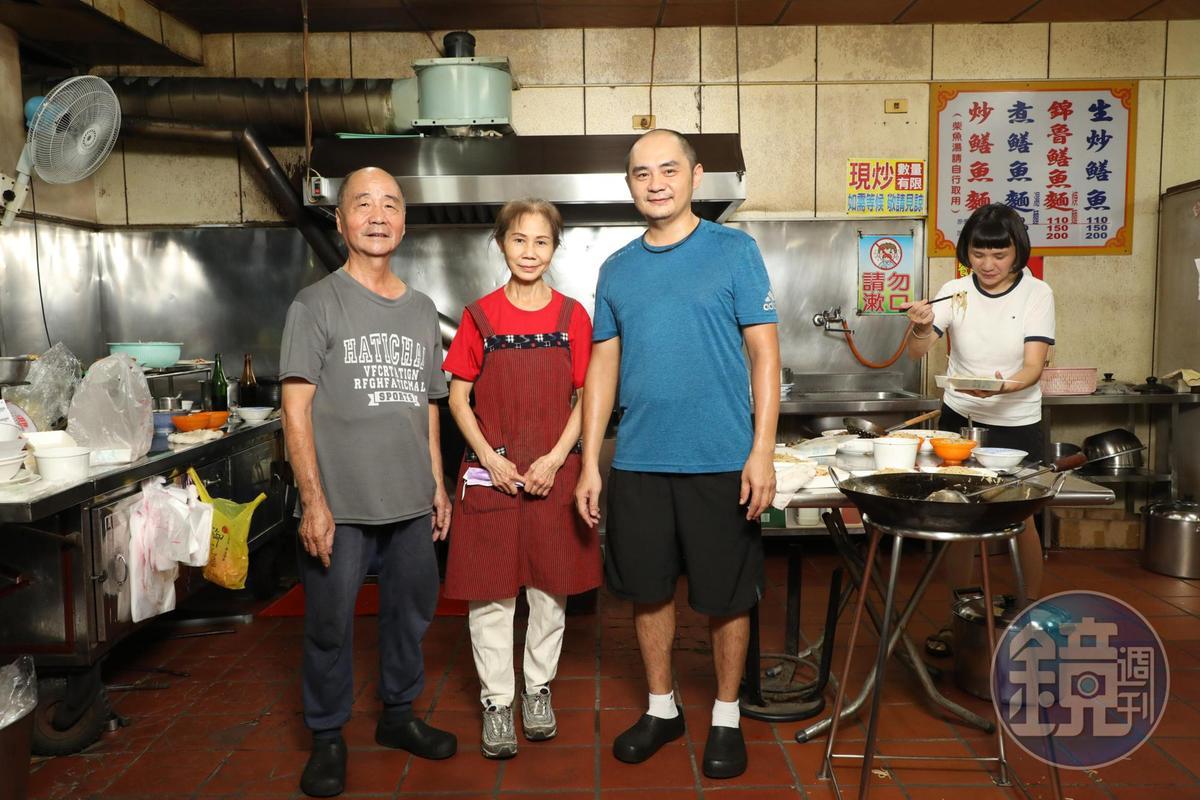第一代老闆娘曾宏月(中)負責切鱔魚肉,老闆鍾焜吉(左)和兒子鍾承邵(右)負責炒麵。