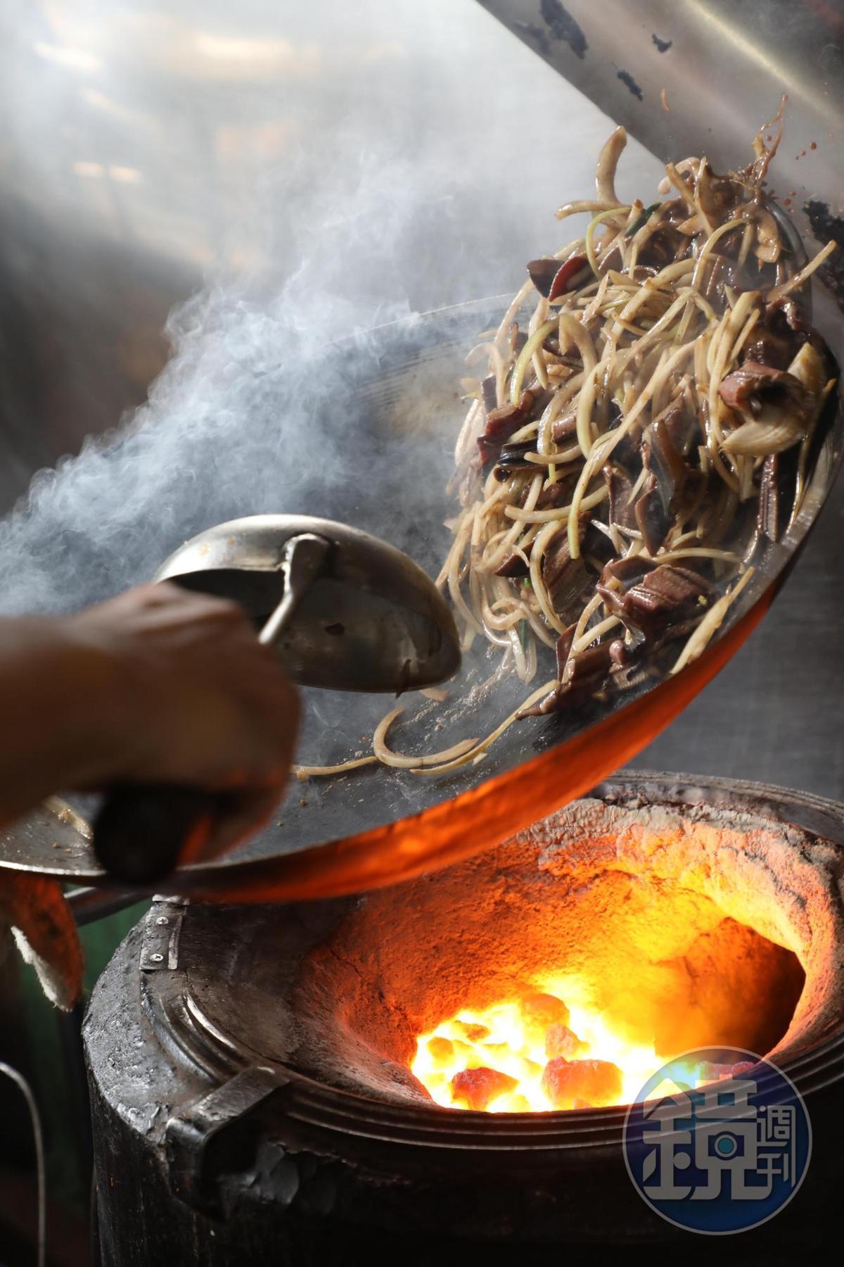 「炒鱔魚麵」的魚肉彈脆、帶有鍋氣,麵條炒得乾爽,吸附洋蔥和高湯的甜味。(90元/份)