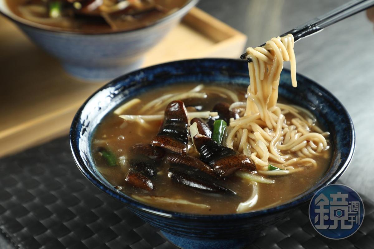 「錦魯鱔魚麵」是先將油麵炒好備用,接著將魚肉爆炒後勾芡,燒煮入味後澆在麵上,吃起來炭香味更明顯。(110元/份)