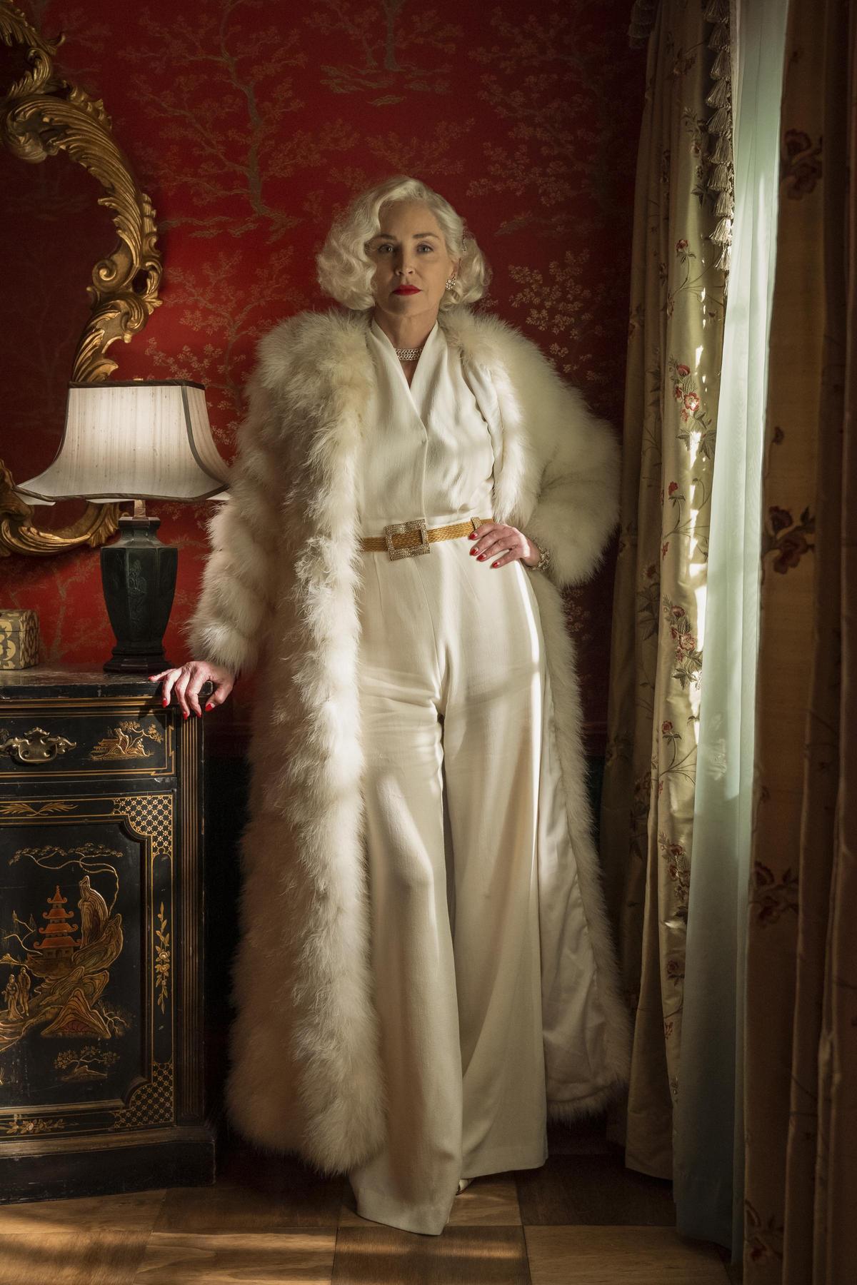 很久不見的莎朗史東飾演神祕的富婆,各種燒錢行徑都是她的日常,卻對院長漢諾瓦醫生痛下毒手、窮追不捨。(Netflix提供)