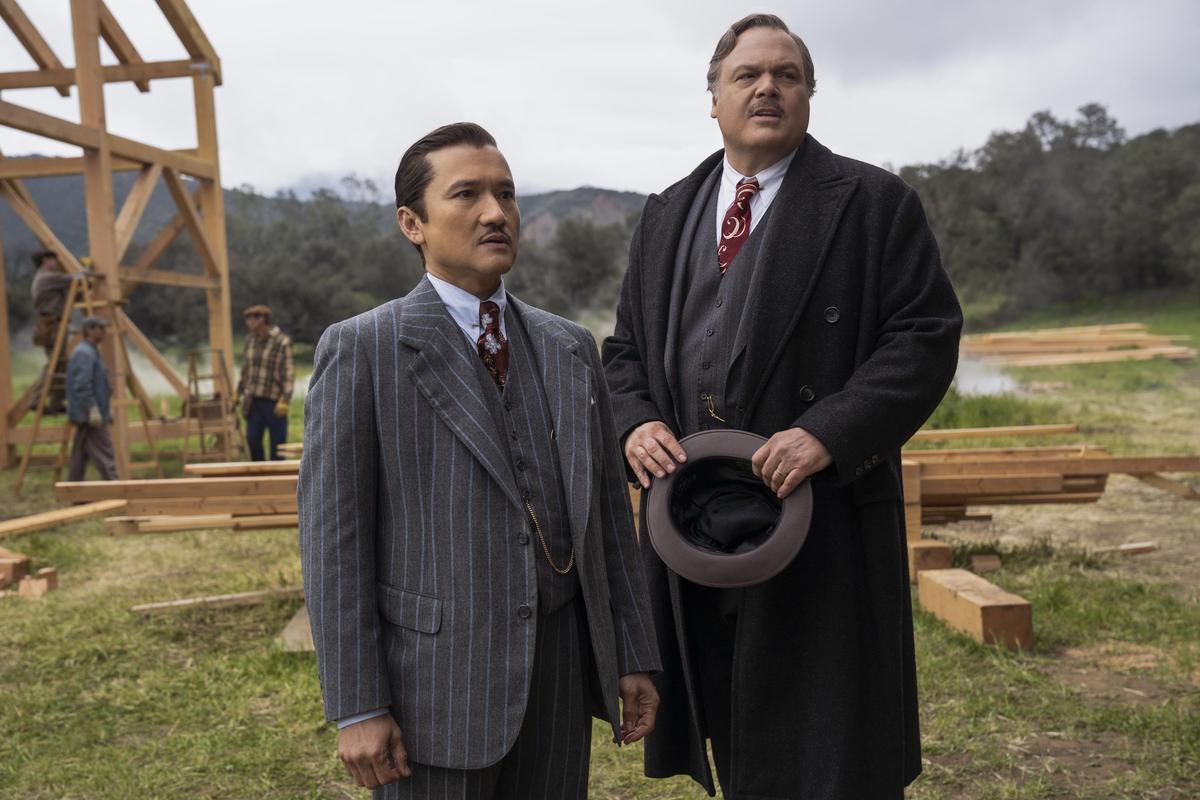 加州州長(右)深信漢諾瓦醫生(左)管理的精神病院,可以幫助他在選戰中跟選民證實自己的能力。(Netflix提供)