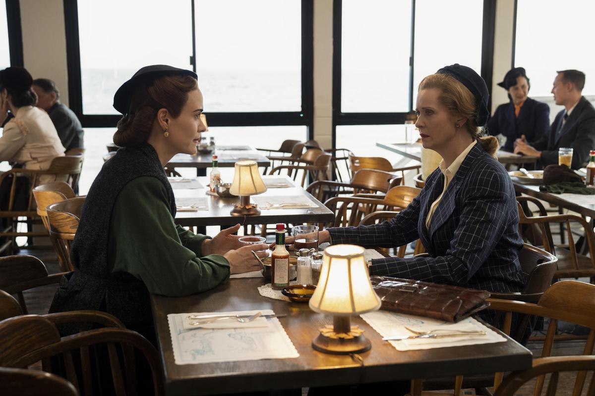 關道琳(右)與拉契特攤牌,她們之間存在著利益糾葛與情感衝突。(Netflix提供)