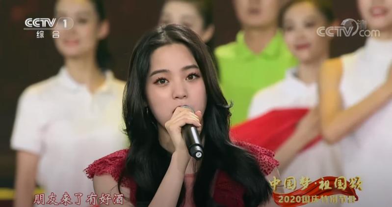 歐陽娜娜在中國「十一」國慶晚會演唱中國愛國歌曲〈我的祖國〉。(翻攝自CCTV中國中央電視台YouTube頻道)