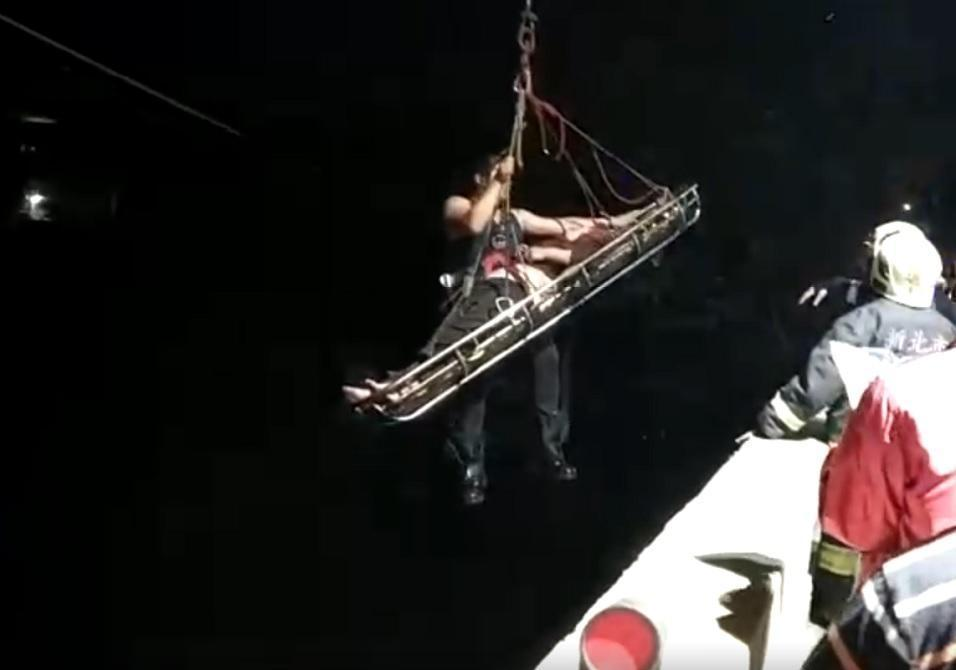 警消用吊車將老婦從橋下救起。(翻攝畫面)