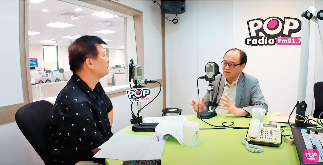 國美館館長林志明(右)今年8月曾上廣播節目接受主持人蔡詩萍(左)專訪。(翻攝《POP大國民》YouTube頻道)