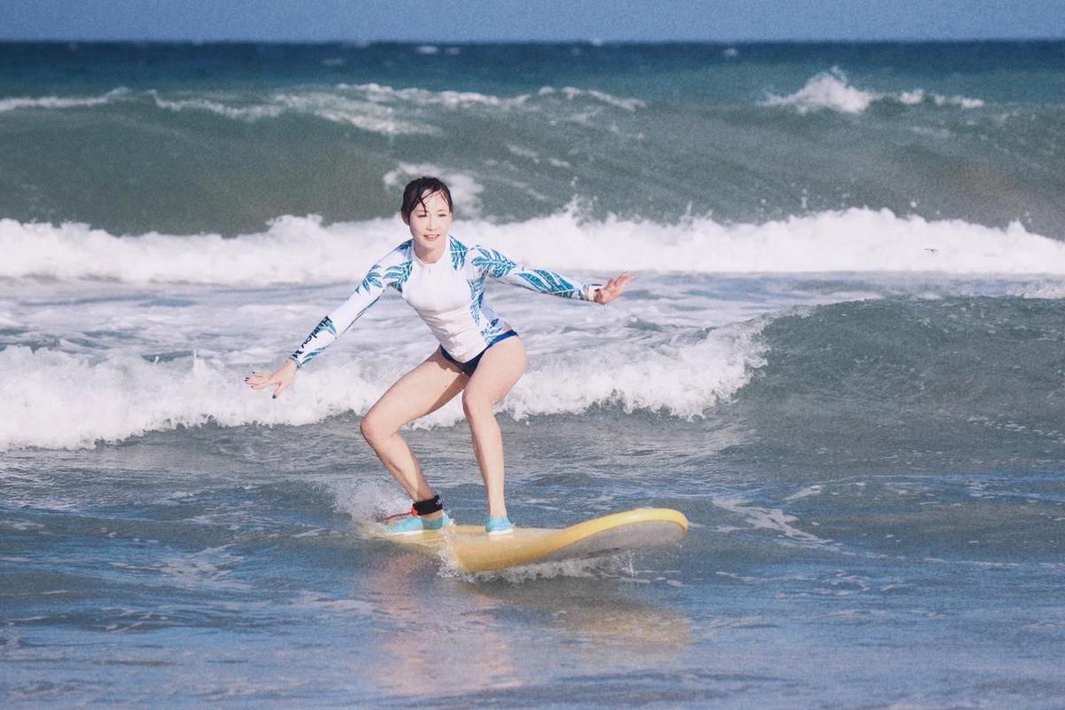 吳宇舒熱愛戶外運動,衝浪也難不倒她。(翻攝自吳宇舒臉書)