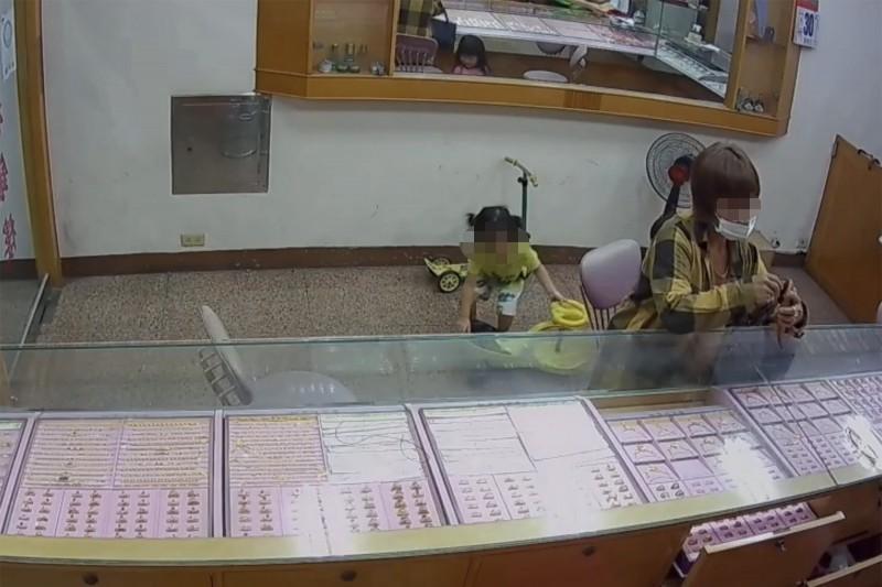 50多歲的王姓婦人,穿戴跳蚤市場買的廉價仿金飾,伺機掉包,竊取真金飾。(讀者提供)