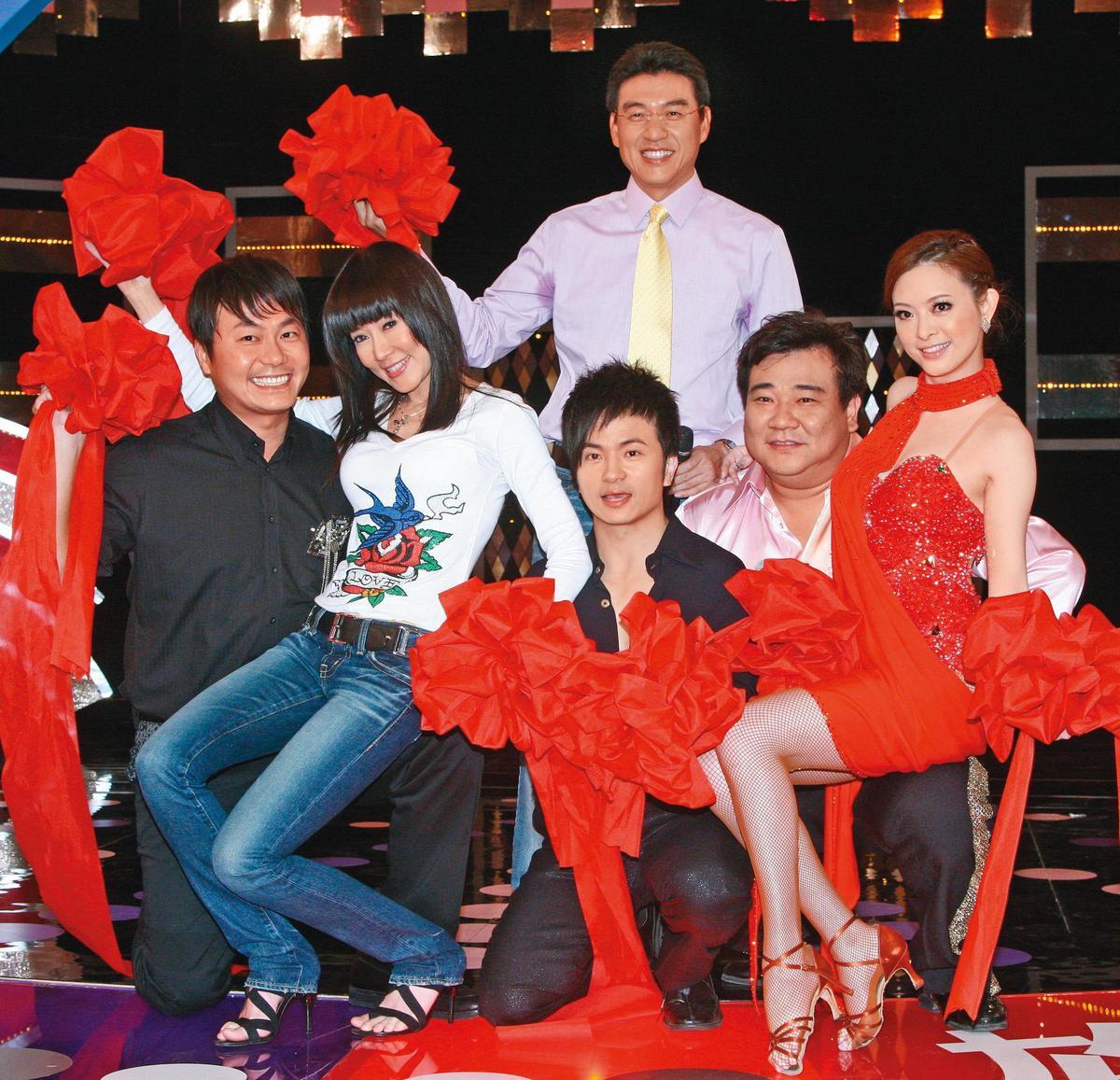 當年的《快樂有go正》是台灣電視史上首創綜藝結合法律節目,主持人有謝震武(後排)、劉真(前排右起)、白雲、唐從聖、張克帆(前排左一)。左二為羅霈穎。(東方IC)