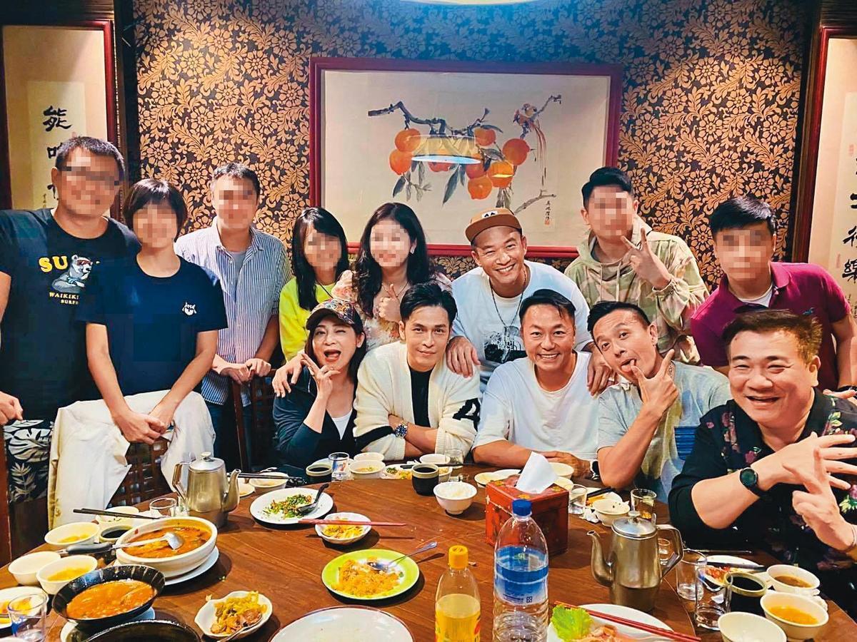 日前《快樂有go正》助理主持群王彩樺(左起)、GINO、阿Ben、張克帆、小鐘、白雲及幕後工作人員聚餐,大家對小鬼與劉真的離開,心有戚戚然,更加珍惜彼此。(翻攝自GINO臉書)