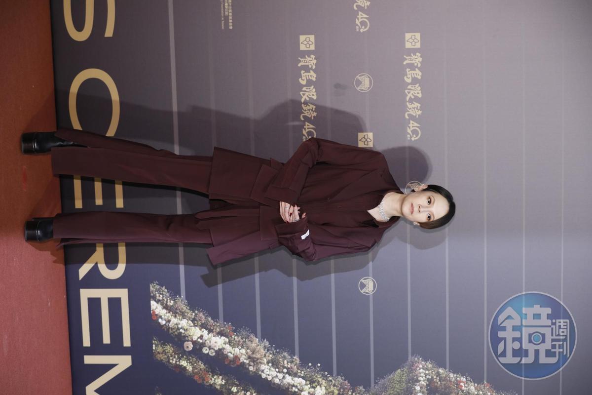 入圍國語歌后的楊乃文,一身豬肝紅西裝扮相,架勢十足。
