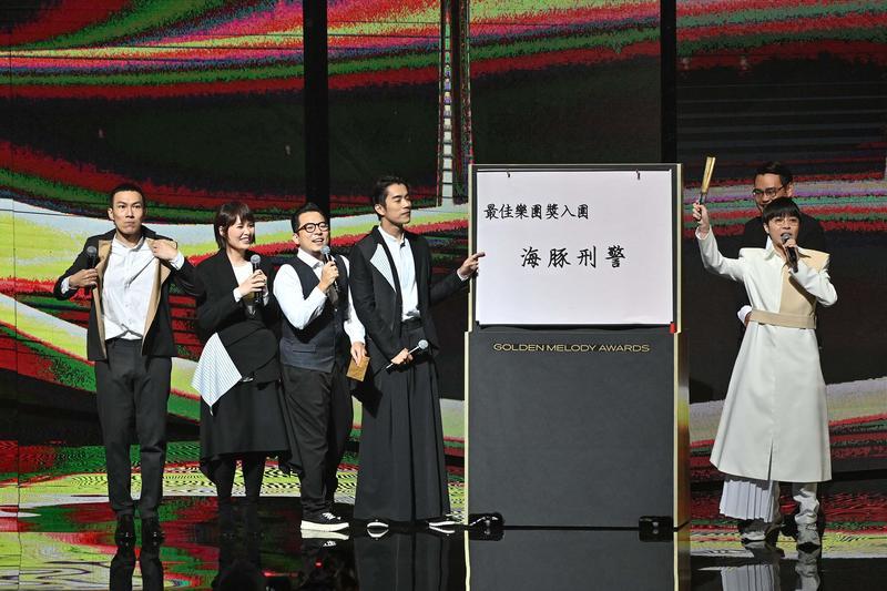 「魚丁糸」擔任首組頒獎人,六人準備大字報,以測字方式分析入圍樂團的得獎機會,但氣氛頗為冷場。(台視)