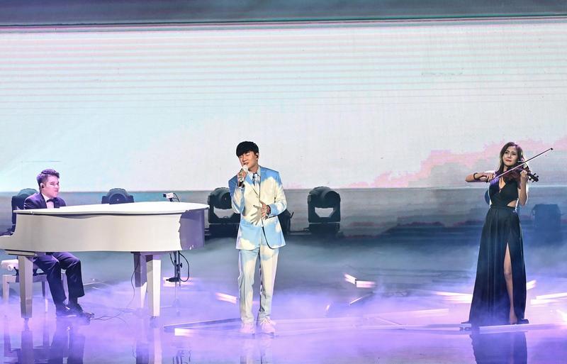 林俊傑和演奏家黃裕翔、小提琴家蘇子茵合作演出,獲得網友一片倒誇讚。(台視)