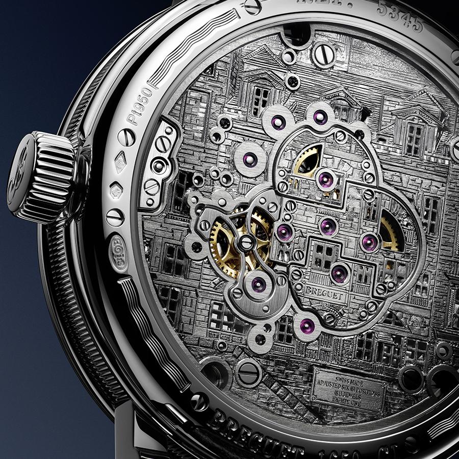 錶背可以看到寶璣先生1755年在巴黎鐘錶堤岸(Quai de l'Horloge)成立的製錶工坊鐫刻,金雕這類工藝對於寶璣來說不是難事,但連窗戶裡的人像都刻了出來也是滿令人驚訝的細膩。你找得到刻有人像的那扇窗戶嗎?