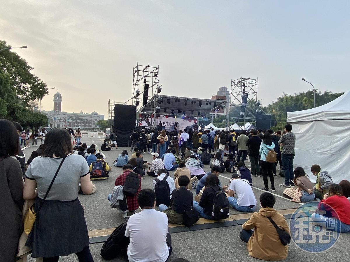 凱達格蘭大道成為最重要的民主廣場,各類活動時常在此舉行,有過萬人以上的選舉造勢,也有年輕人參加的音樂節活動。圖為共生音樂節。