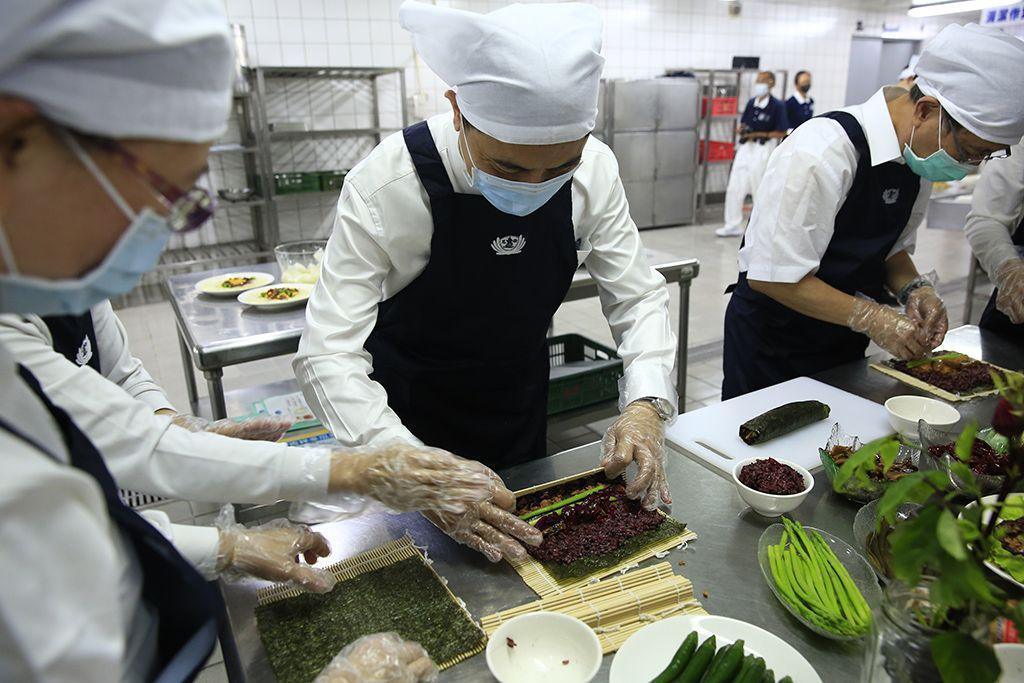 花蓮慈濟醫院院長林欣榮(中)做起蔬食料理頗有大廚架勢。(慈濟基金會提供)