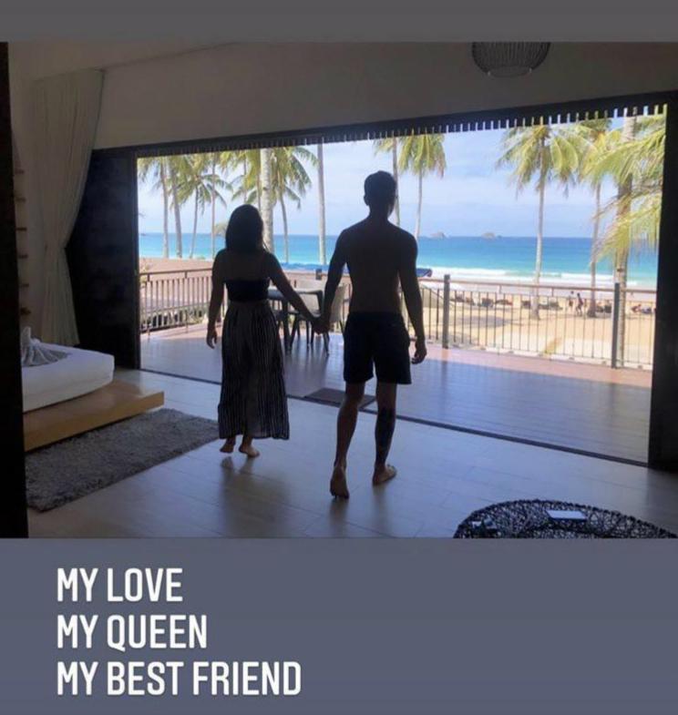 瘦子在IG限時動態秀出與女友的背影合照,稱女友是他最好的朋友。(翻攝自瘦子IG)