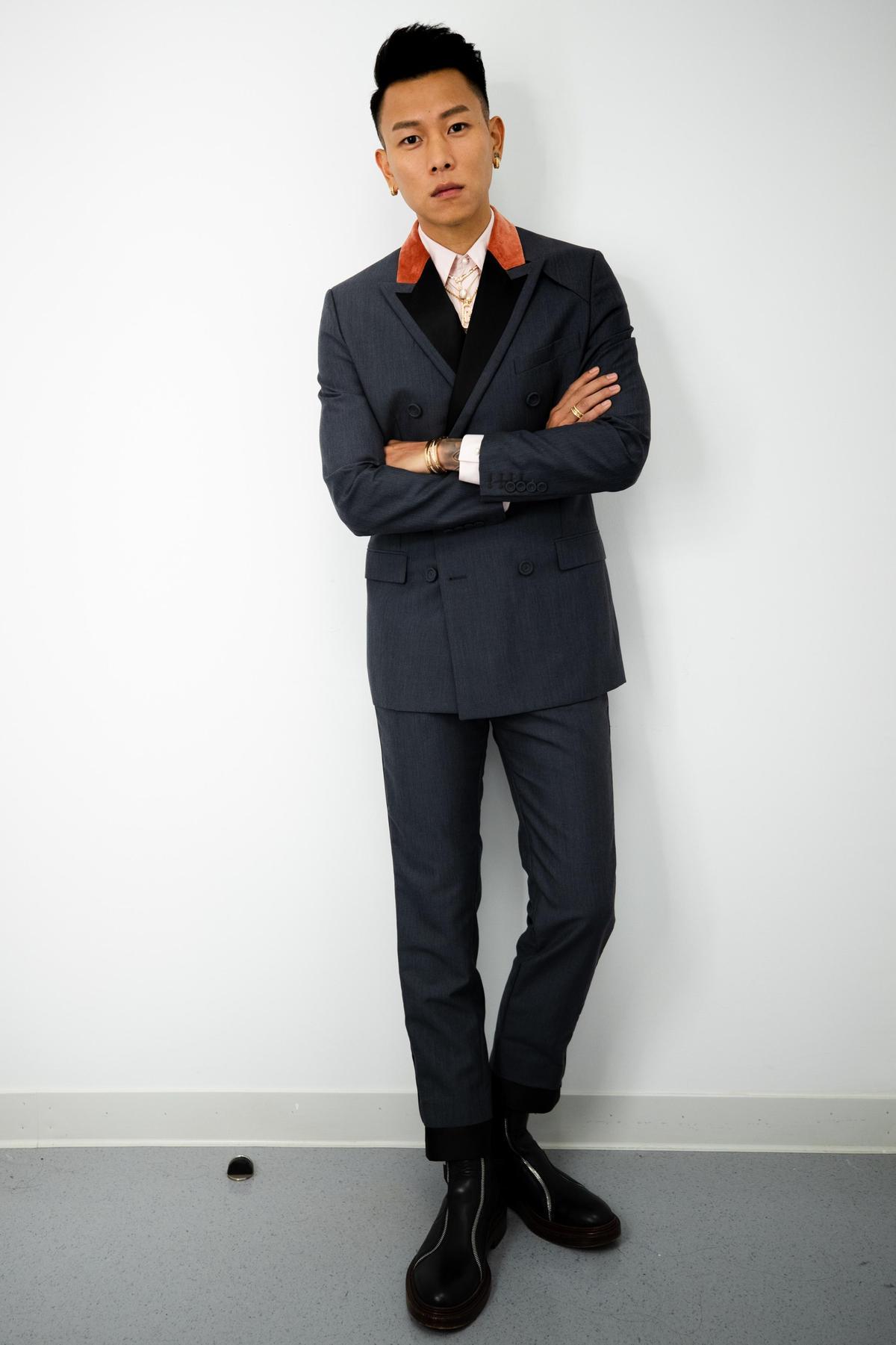 瘦子穿著全套DIOR 2020年冬季男裝系列擔任金曲獎表演嘉賓︰灰色雙排釦與橘色絲絨劍領夾克(NT$130,000)、灰色包扣長褲(NT$45,000)、淡粉色棉府綢襯衫(NT$35,000)、黑色小牛皮亮棕色繫帶踝靴(NT$66,000)。(DIOR提供)