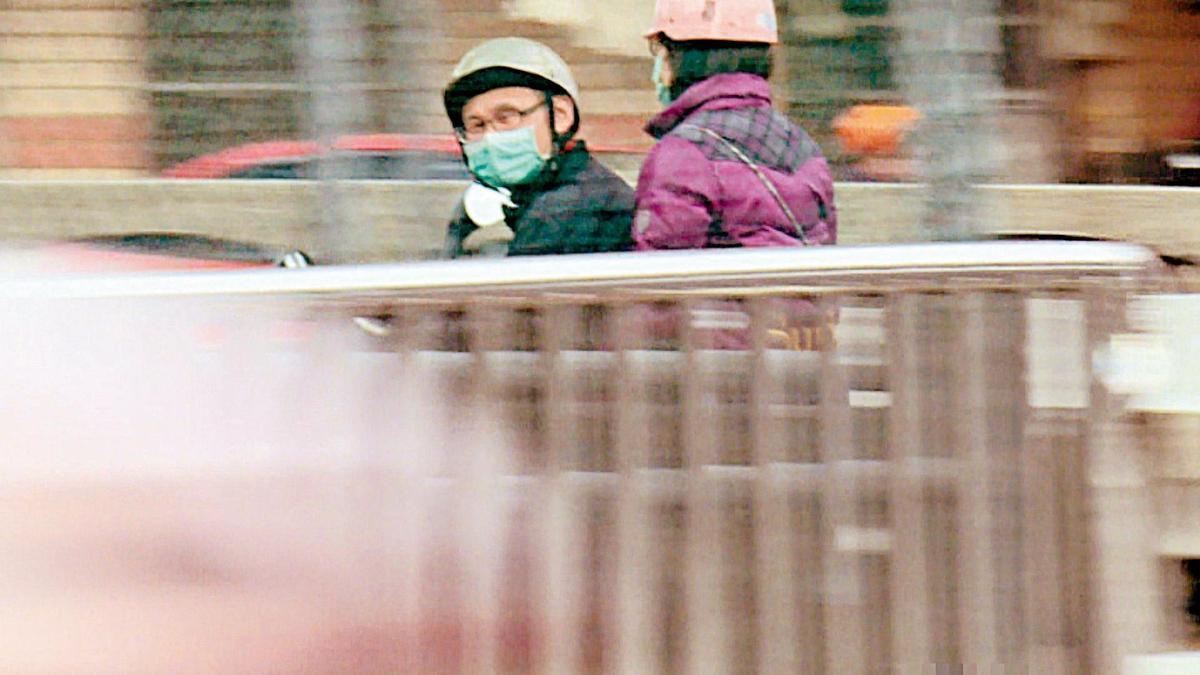 林勤人(左)案發後為躲避媒體採訪,騎機車外出都戴口罩,避免曝光。(東森新聞提供)