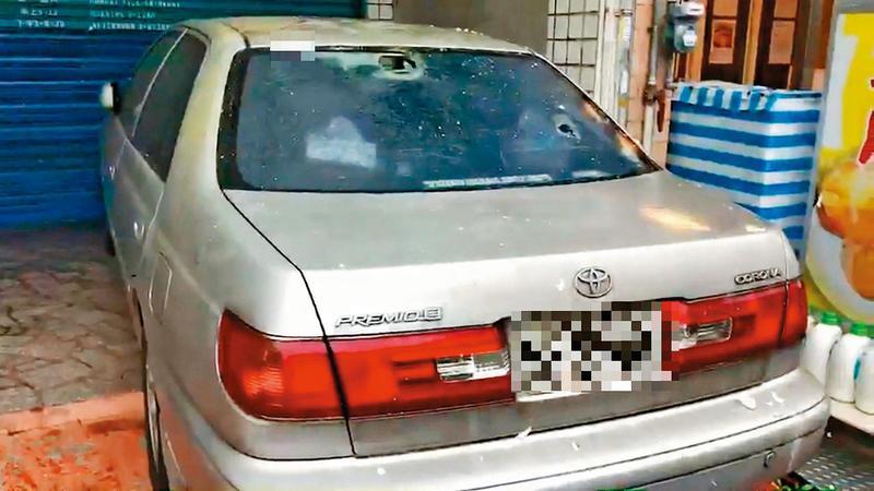 女病患遭麻醉性侵事件傳出後,有人氣憤地到診所外丟雞蛋,也有人將林勤人的車窗砸破。(東森新聞提供)