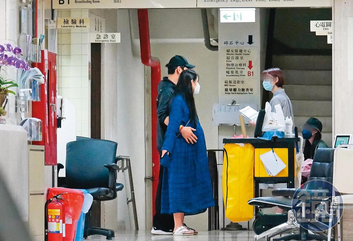 9/27 19:28 預產期在9月底的郭碧婷,終於在向佐也從香港飛來時現身醫院。