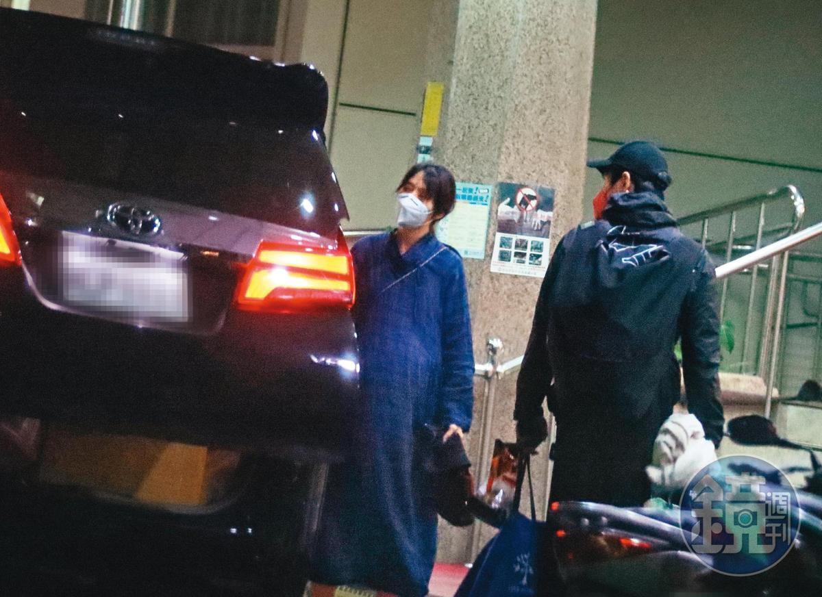 20:54 原本以為郭碧婷要入院,結果她又外出,並且消失在一間牙醫診所。