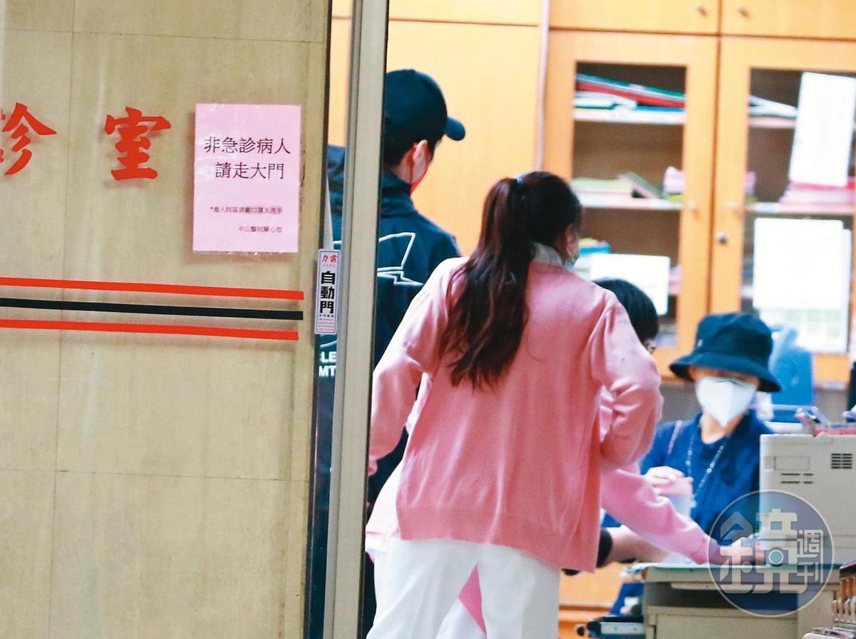15:28 郭碧婷接受醫生問診,而且似乎「決策小組」希望至少能在中秋節生。