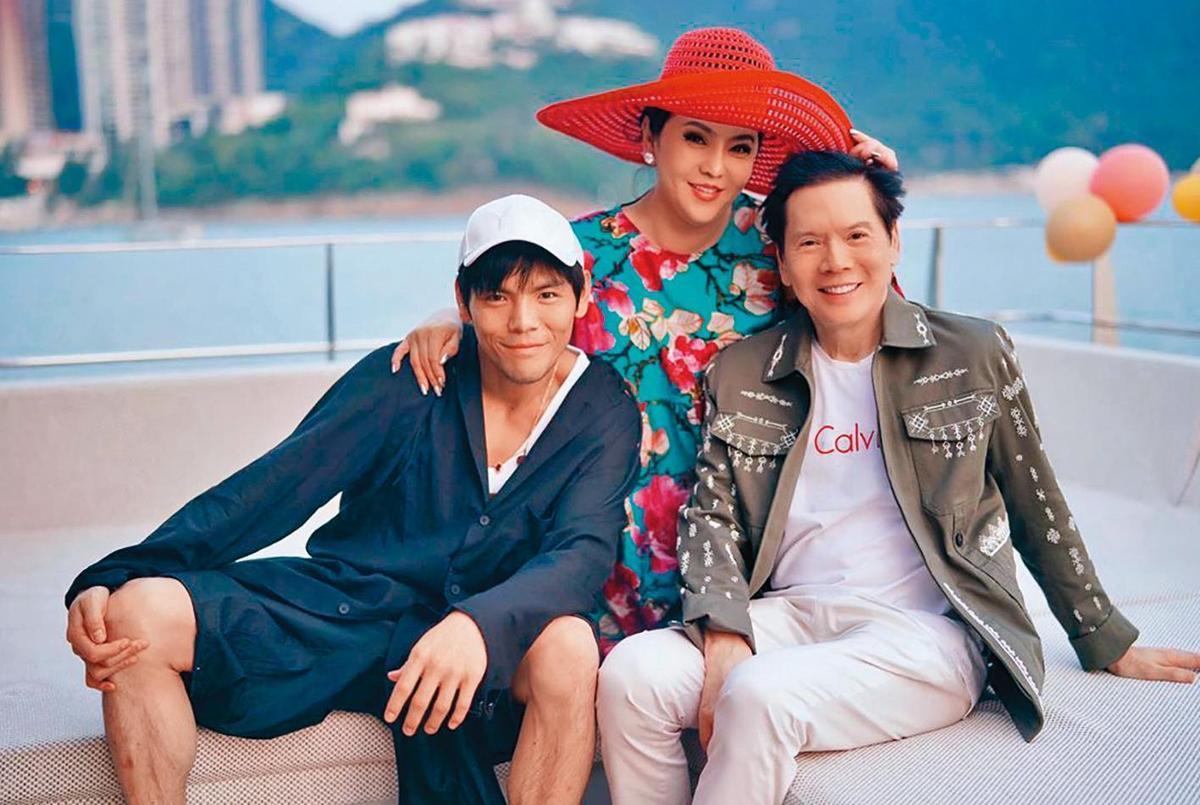 向華強(右)是香港娛樂圈的千億大佬,向太(中)則是郭碧婷與兒子向佐(左)之間的要角,發言權幾乎掌握在她手上。