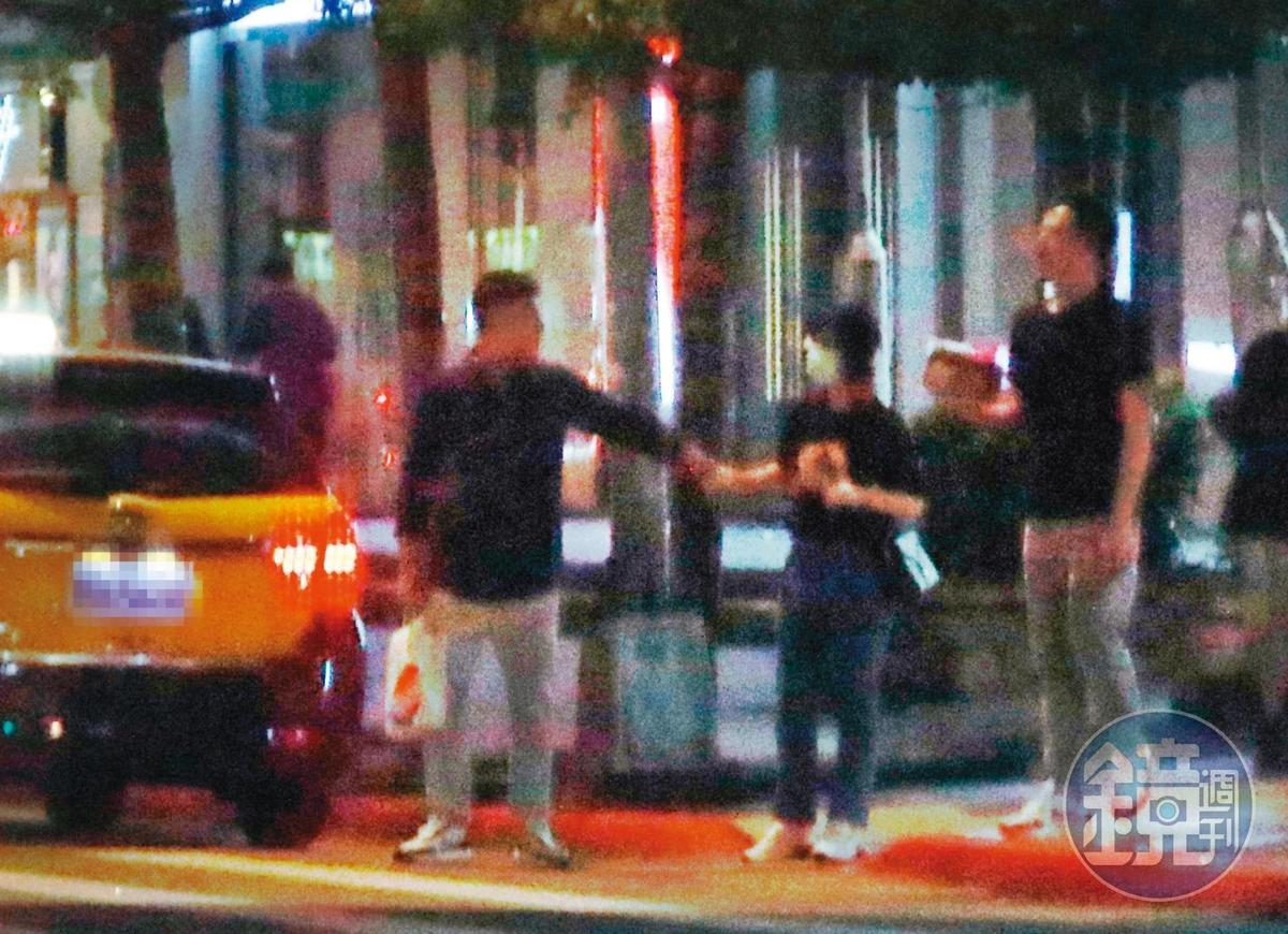 9/10 01:05,要過馬路時,鄭人碩(左)忍不住一把牽起小薰的手,總算來了個十指交纏,這才是情侶該有的樣子啊。