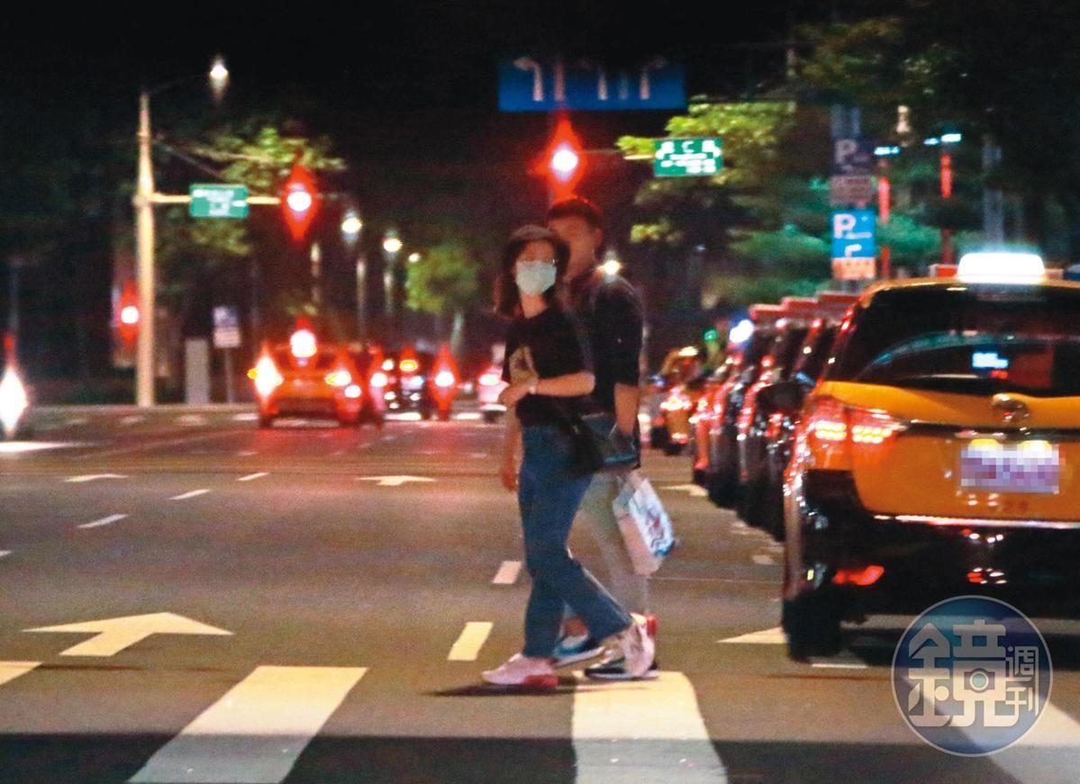 9/10 01:06,只是馬路都還沒過到一半,兩人的手又呈現分離模式,小薰也頻頻回頭左顧右盼,像是在掃射有無被跟拍。
