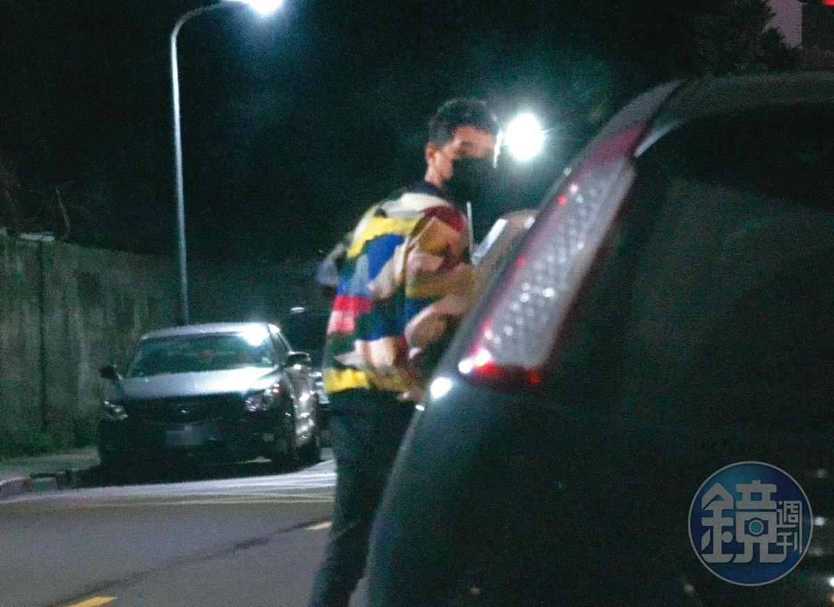 去年1月鄭人碩被直擊偷偷上了小薰的車鬼祟約會,但當時兩人還矢口否認有曖昧。