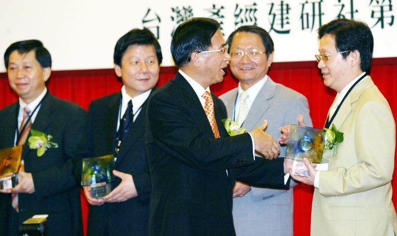 林文淵(右)被外界視為前總統陳水扁的愛將,在扁政府時期,曾任經濟部國營會副主委,接下台電、中鋼董事長等要職。(聯合知識庫)