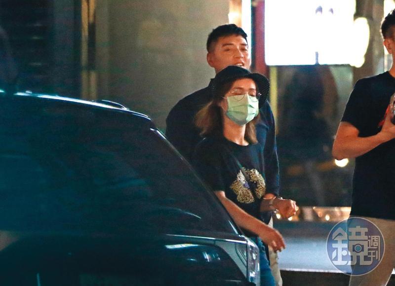 9/10 01:03,鄭人碩結束前一晚主演電影《海霧》在信義區的首映活動及續攤後,玩到半夜才準備回家。