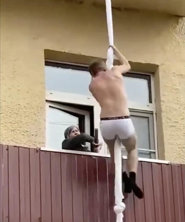 小王逃跑過程中,人妻不時探頭關心,垂降到3樓時還被鄰居拿掃帚猛打。(翻攝自YouTube)