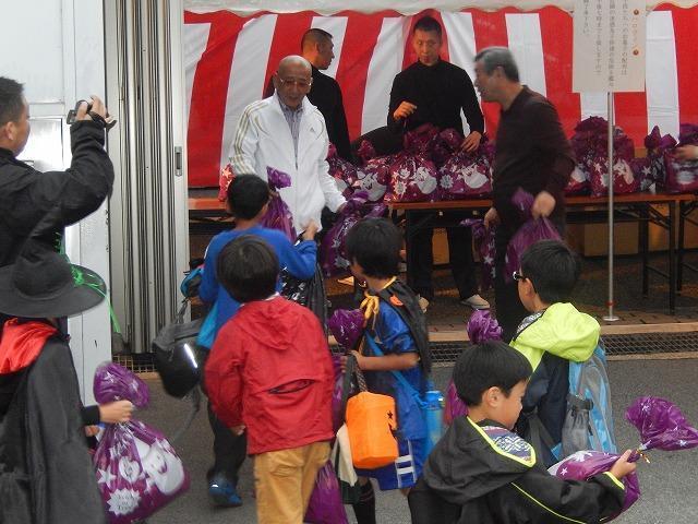 山口組2014年敞開總部大門,迎接附近居民前來拿取萬聖節糖果。(翻攝自山口組fc2官網)