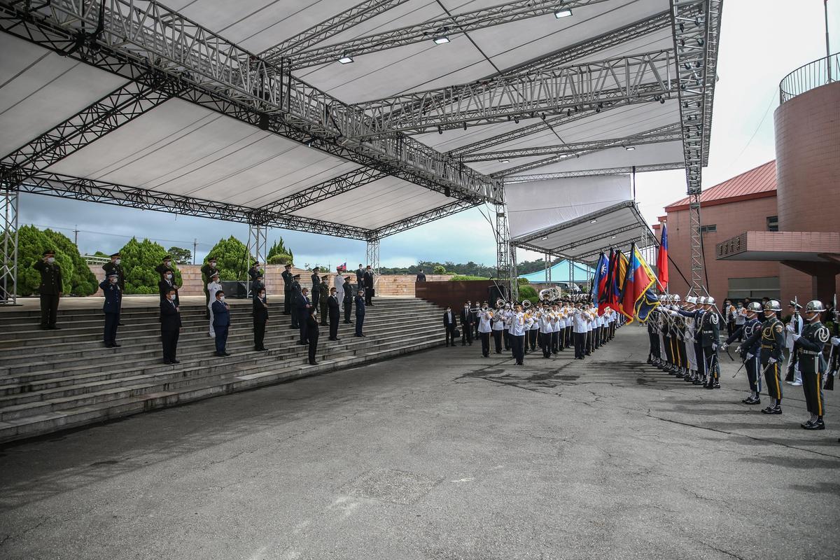 總統蔡英文、副總統賴清德率領官員,在儀隊領李登輝骨灰進場時行扶手禮致敬。(軍聞社提供)