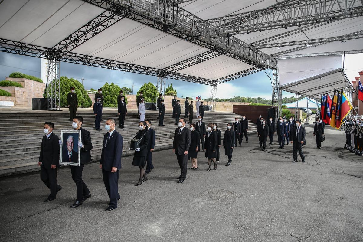 總統蔡英文隨後也跟隨在李登輝家屬隊伍後方步入會場。(軍聞社提供)