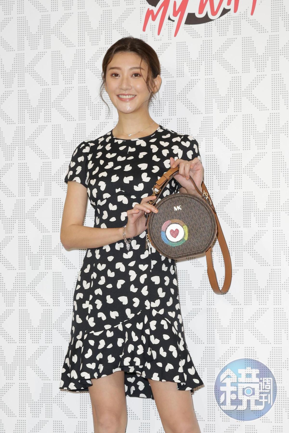 「小許瑋倫」林逸欣在MK老花包繪畫上一顆心︰「想代表是『逸欣』獨創作品,所以畫了『一心』~」