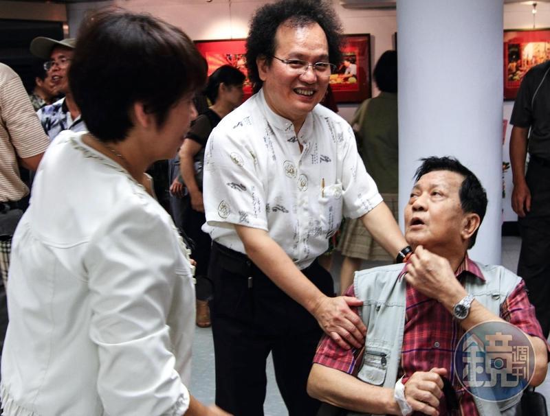 2010年鄭老師(右)住院向醫院請假,抱病出席白明德攝影個展開幕式,是鄭老師生前最後一次公開場合露臉。