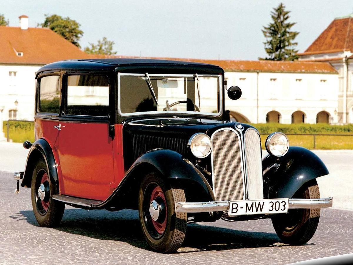 早在1933年BMW所發表的303車系,就首次採用了幾乎佔據了整個車頭的雙腎形水箱護罩。