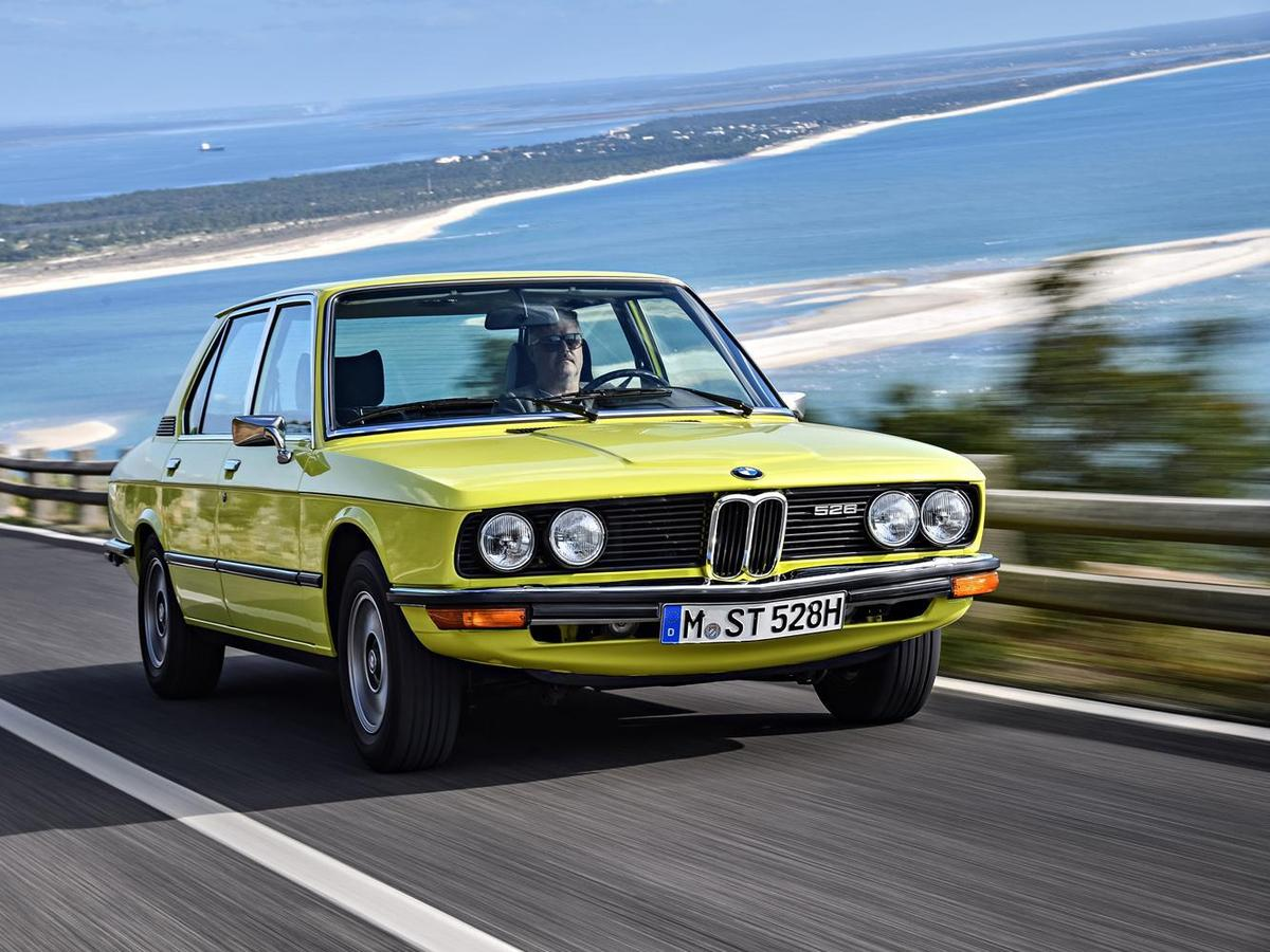 BMW在設計E12 5 Series時開始加入許多經典的設計思維,包括以駕駛為中心傾斜的中控設計、鯊魚般向前傾斜的車頭線條等。