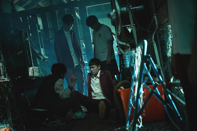 柯貞年編導的首部電影《無聲》由劉子銓(前右)、金玄彬(前左)主演,揭開特教學校的祕密,在今年金馬獎獲8項提名。 (CatchPlay提供)