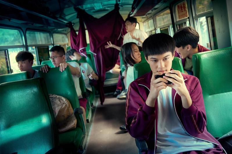 學生們在校車上嬉戲玩鬧的背後,最後一排竟然藏著不可告人的事情。(CatchPlay提供)