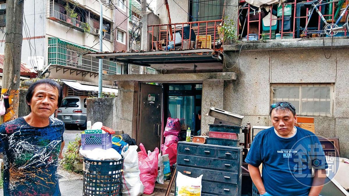 林俊華(左)及宋藍田(右)自稱是債主,出現在司馬中原舊宅門前追債。
